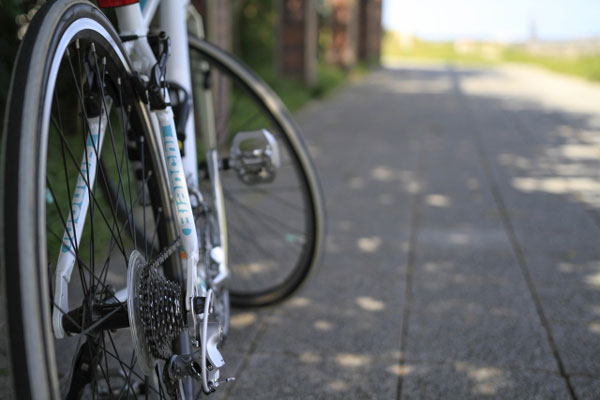 路地裏で服を脱いで待ち伏せ…全裸で自転車に乗る露出犯が逮捕